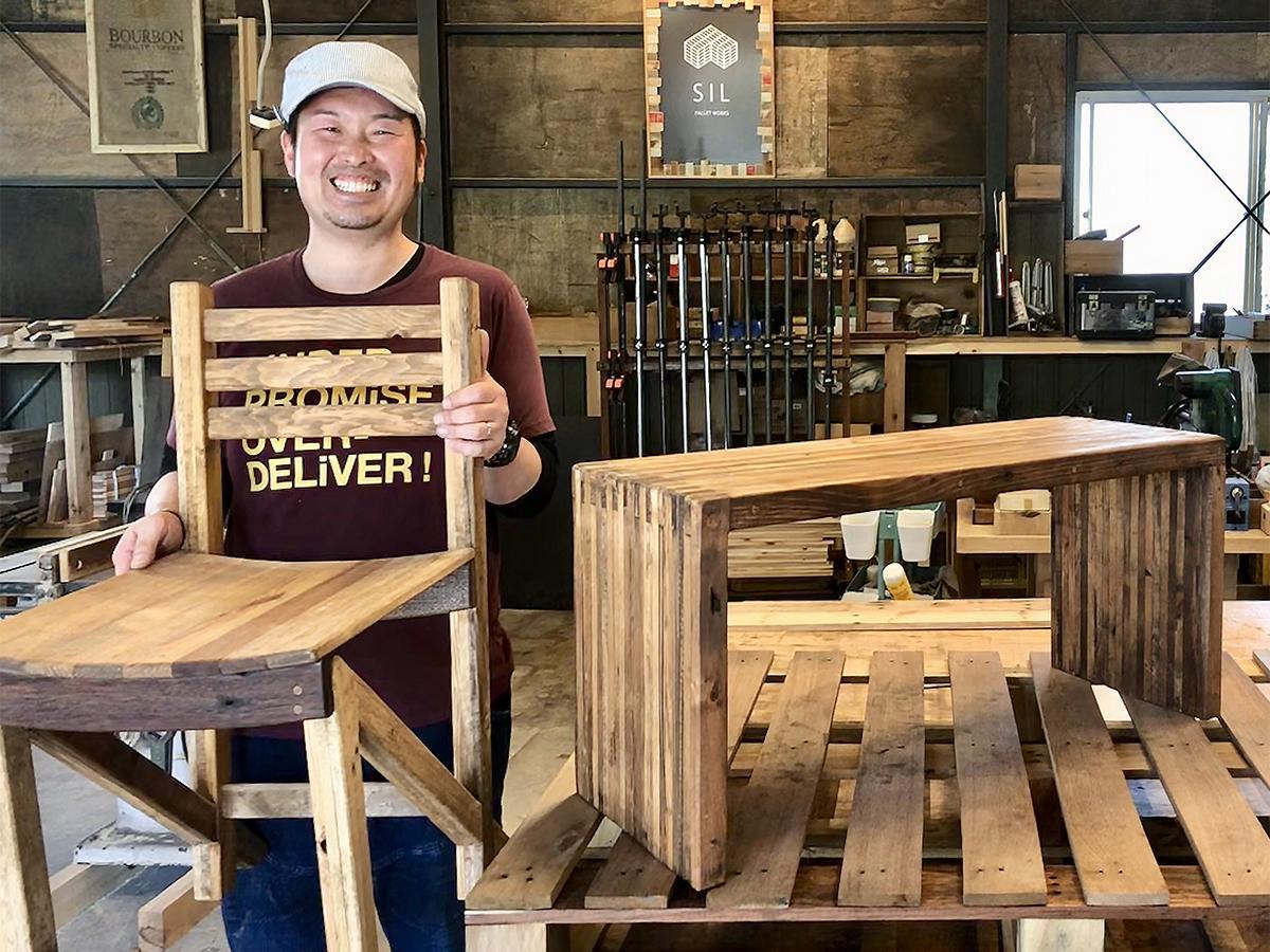 製作した家具を持つ宮尾隆弘さん