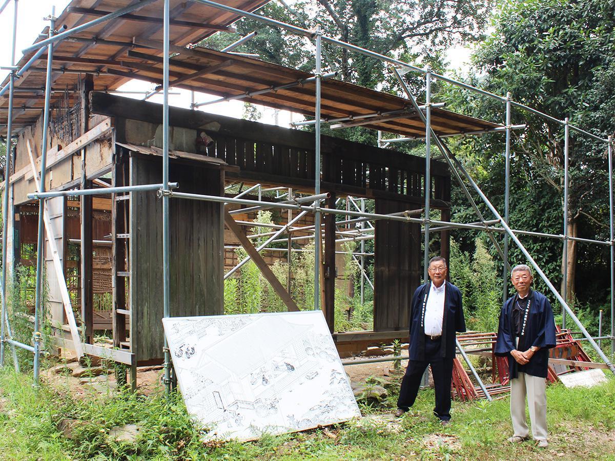 鈴木屋敷跡の側に立つ神出勝治さん(左)と平岡溥己さん