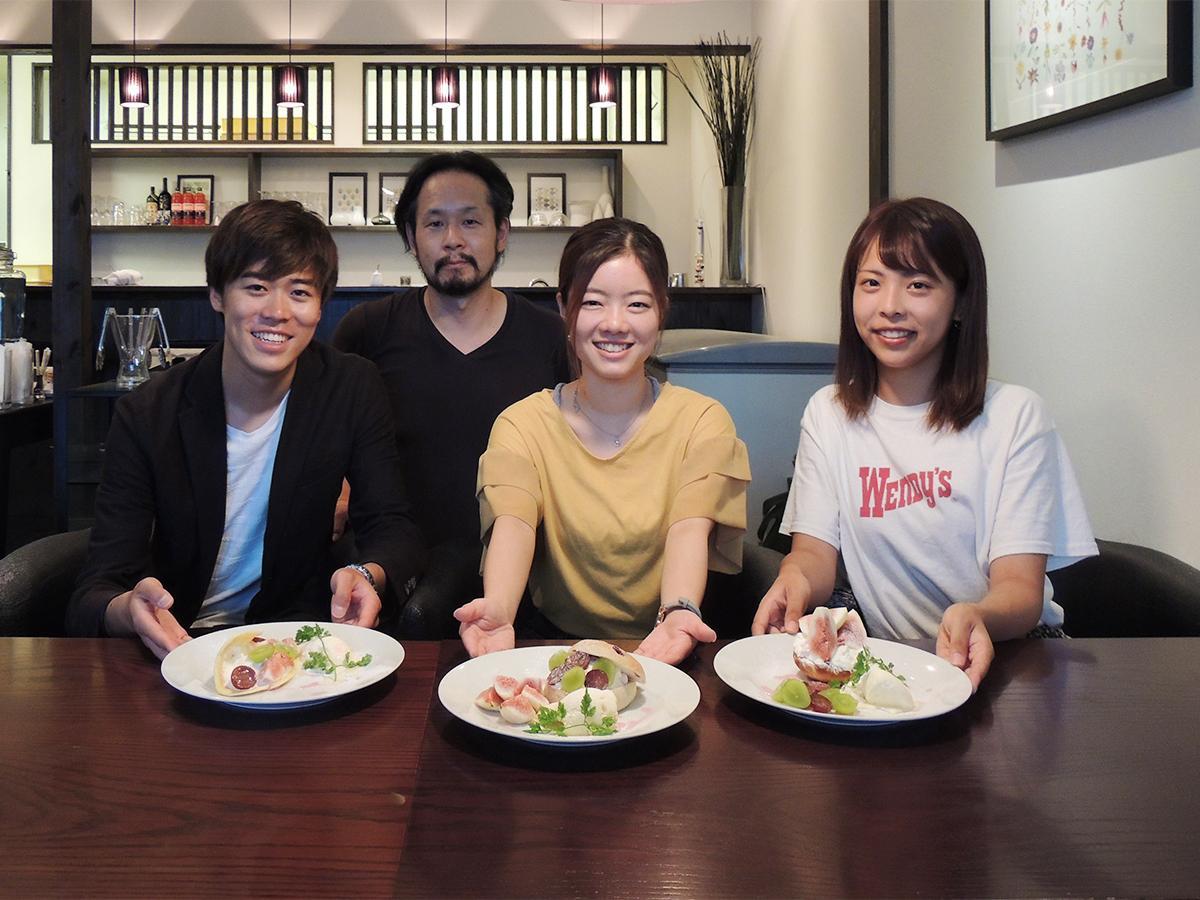 開発した3種類のスイーツと和歌山大学生、メゾンフルリール店主の西さん(左から2人目)