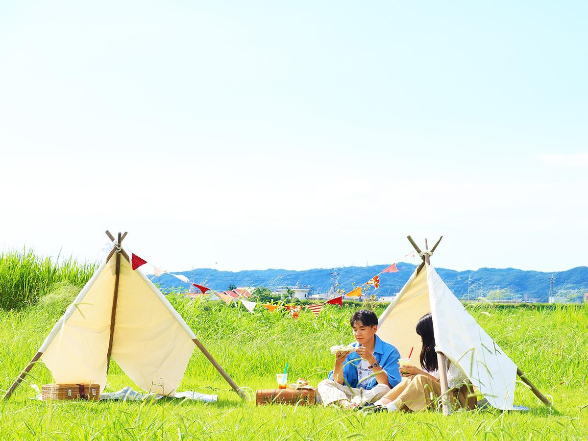 ティピーテントでピクニックを行う様子(イメージ)