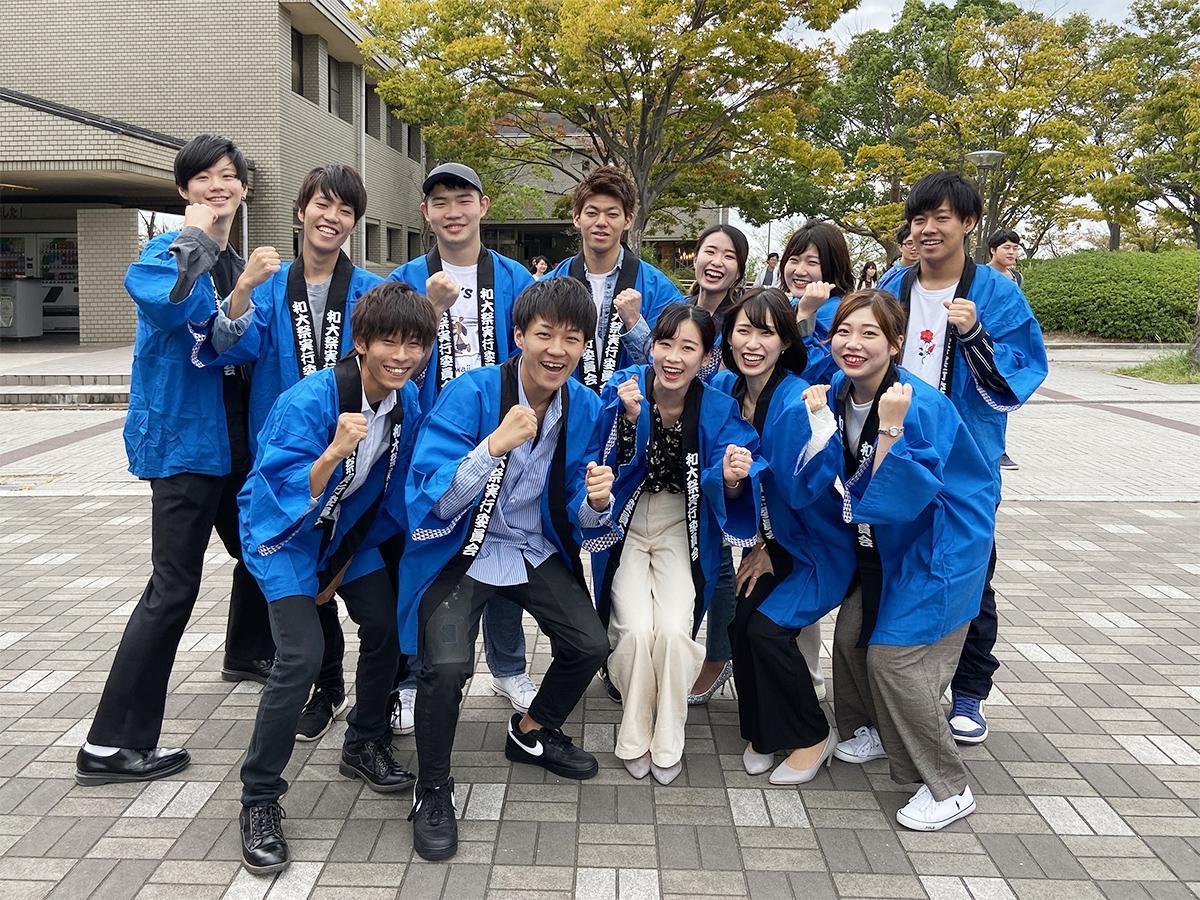 会場となるシンボルゾーンの広場に集まった和歌山大学・学祭実行委員会の皆さん