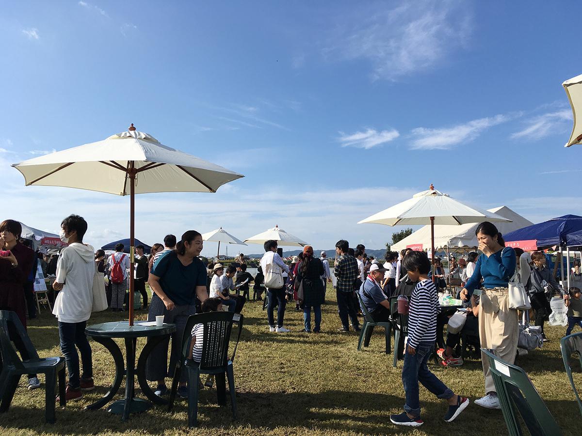 紀の川第5緑地で開催された社会実験「シエキノカワでピクニック。」の様子