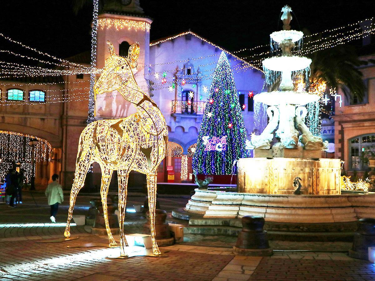 クリスマスツリーとトナカイの像、ステージがある噴水広場