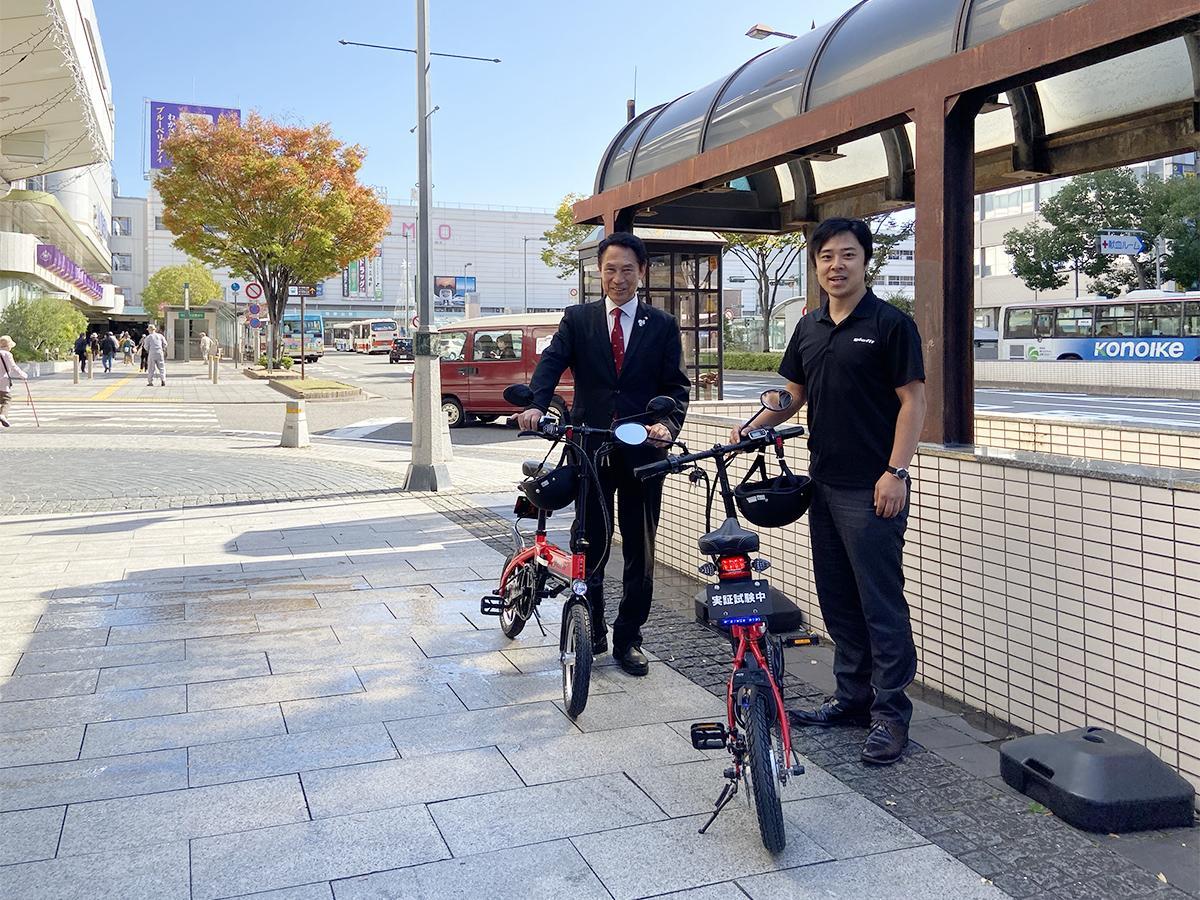 尾花正啓和歌山市長(左)とグラフィット社長鳴海禎造さん