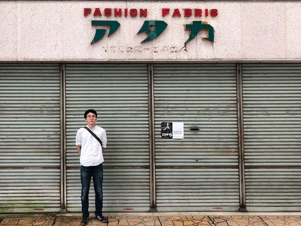 開設場所の「アタカビル」前に立つ柴田さん