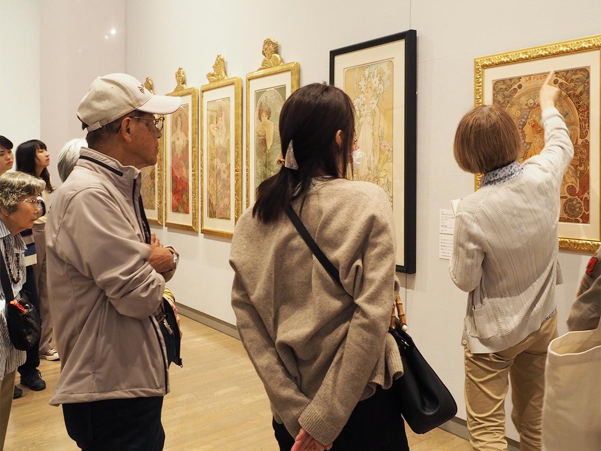 フロアレクチャーで来館者に作品を解説する学芸員