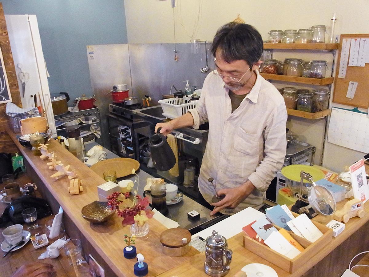 「六文舎喫茶部」オーナーの雑賀崇さん