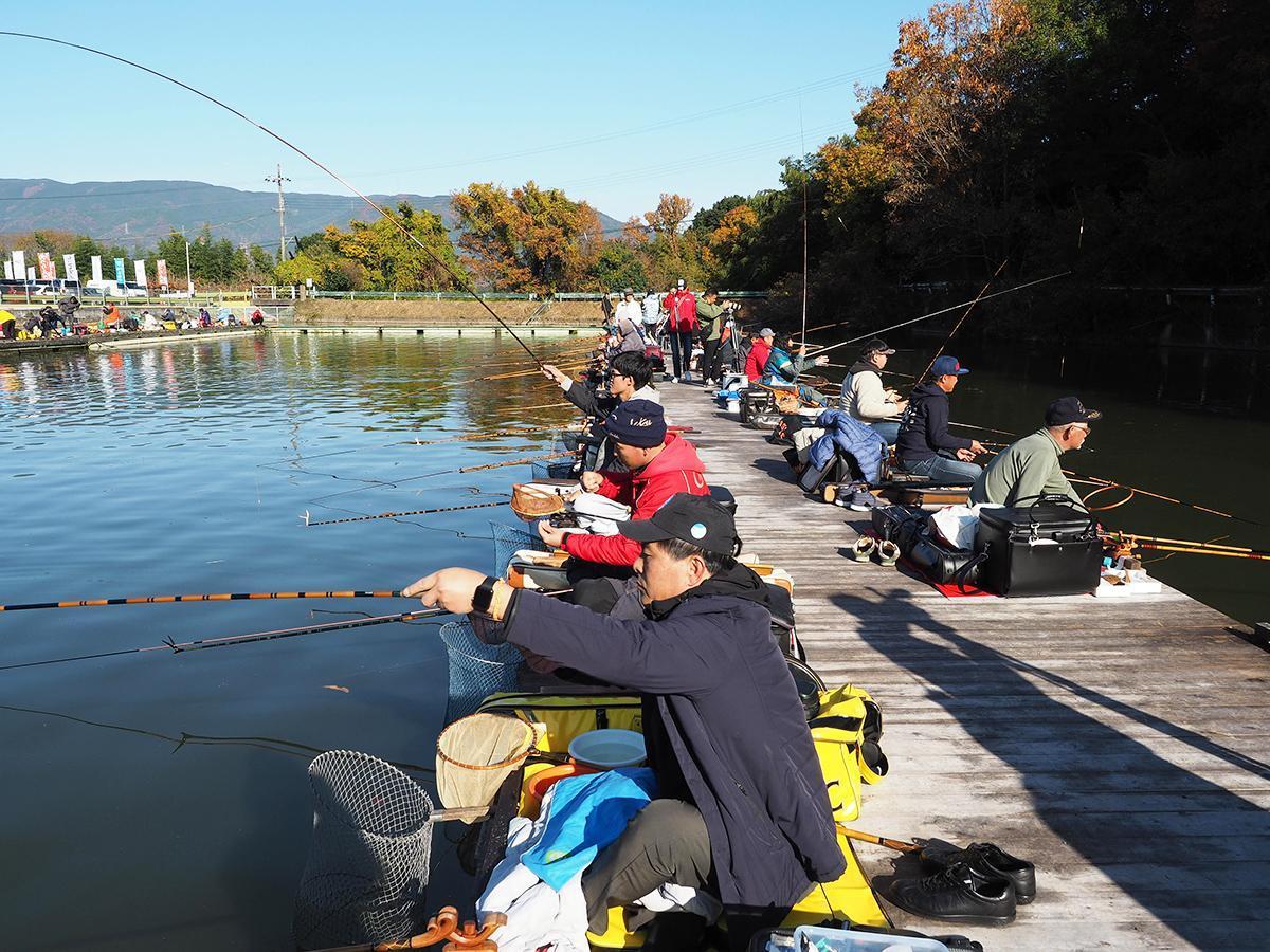 ヘラブナ釣りを楽しむ参加者たち