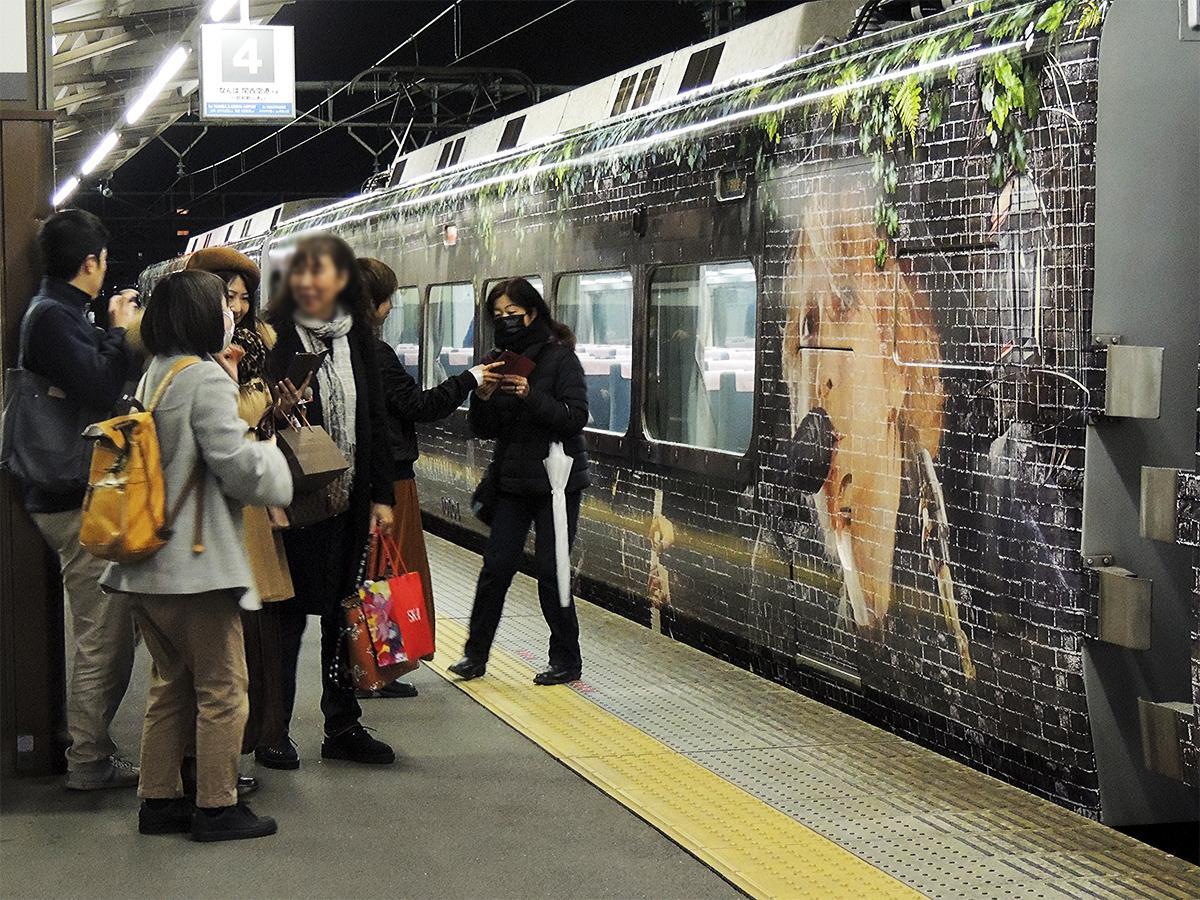 和歌山市駅に到着した特急「HYDEサザン」
