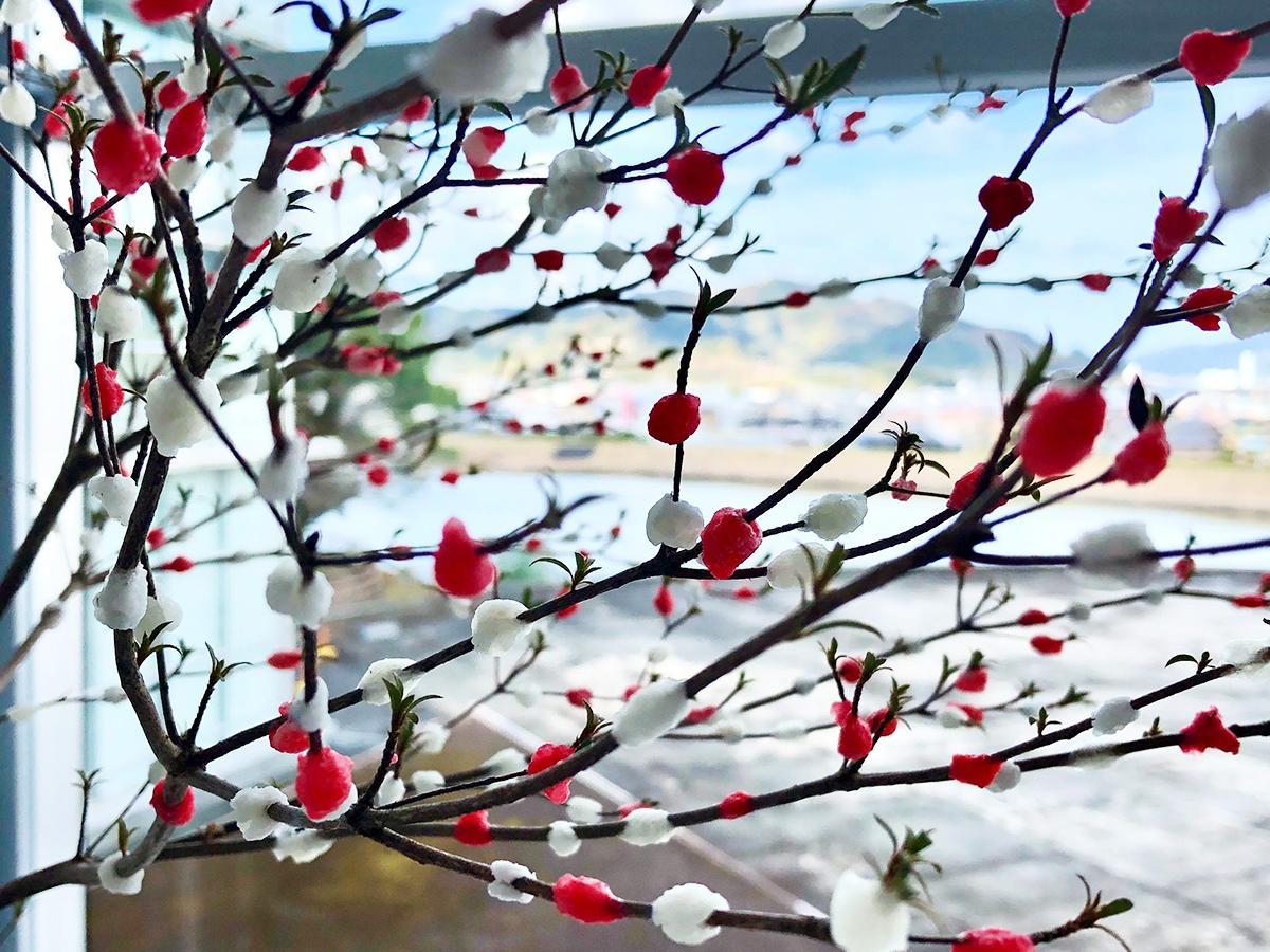 紅白の餅で木を彩る餅花