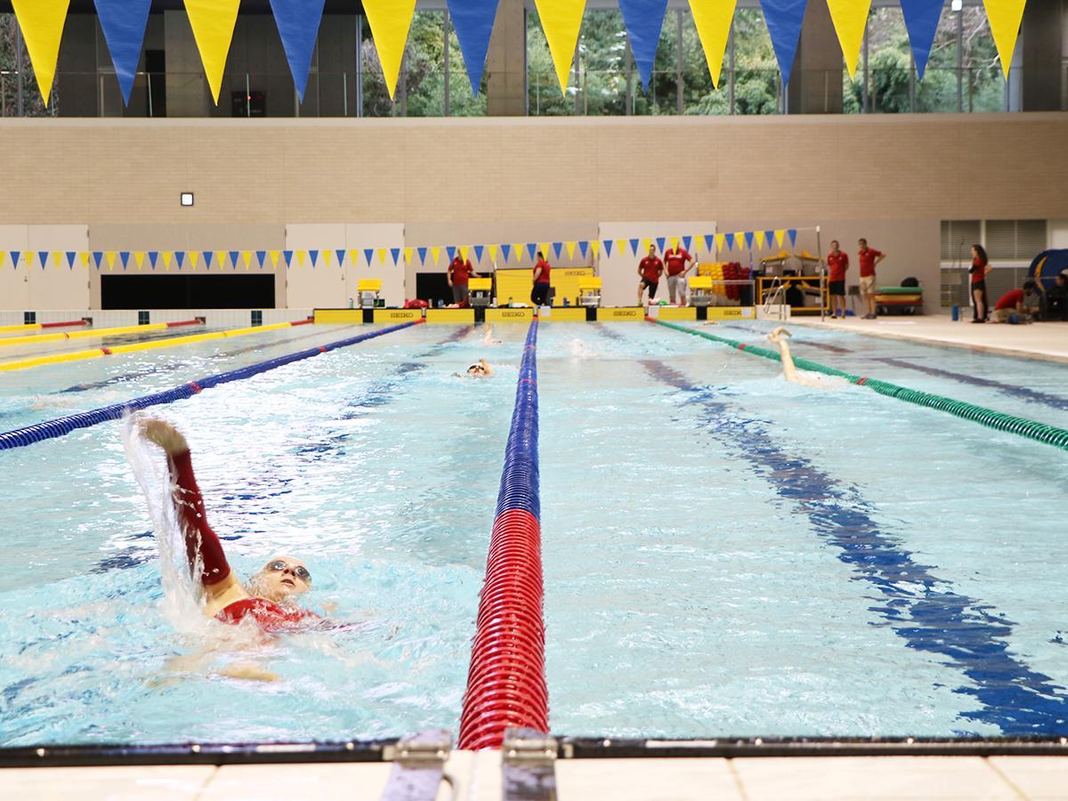 秋葉山公園県民水泳場の50メートルプールで練習を行う「スイミング・カナダ」の選手たち