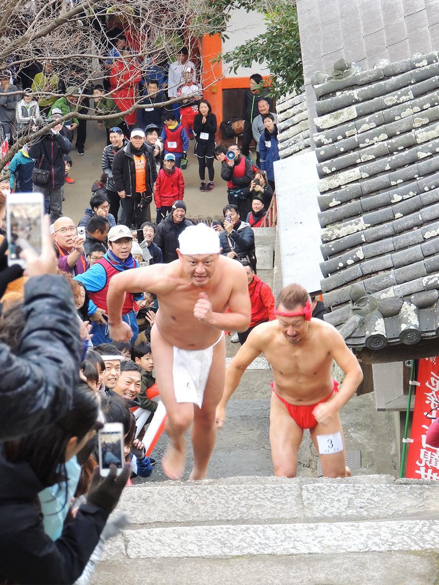 楼門前から「結縁(けちえん)坂」の210段を駆け上がる参加者たち