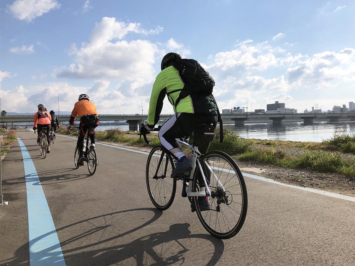 紀の川沿いを走る参加者(昨年の様子)