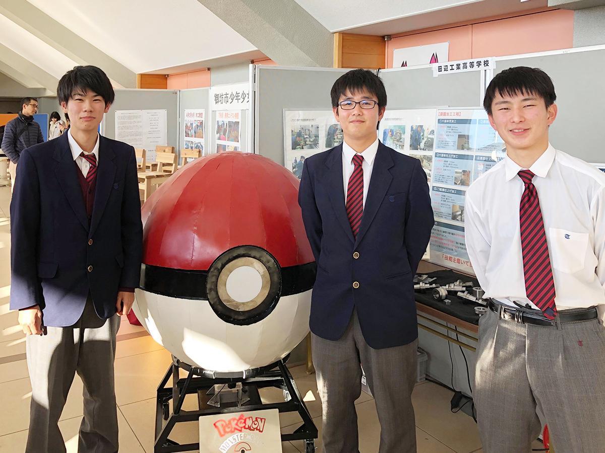 「きのくにロボットフェスティバル」でオブジェを展示した生徒たち