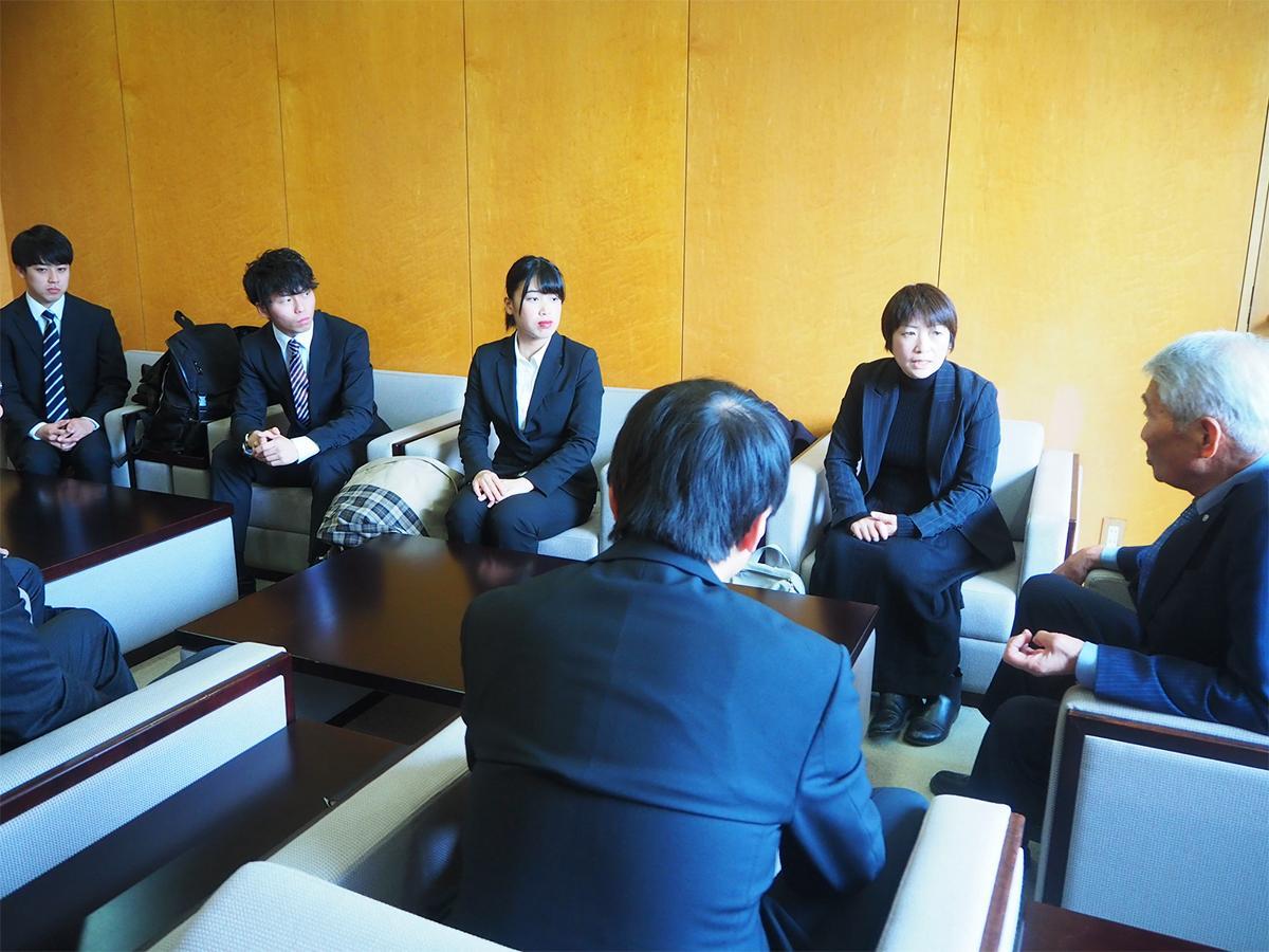 中山有田川町長(右)、龍谷大学経営学部の藤岡教授(右から2人目)