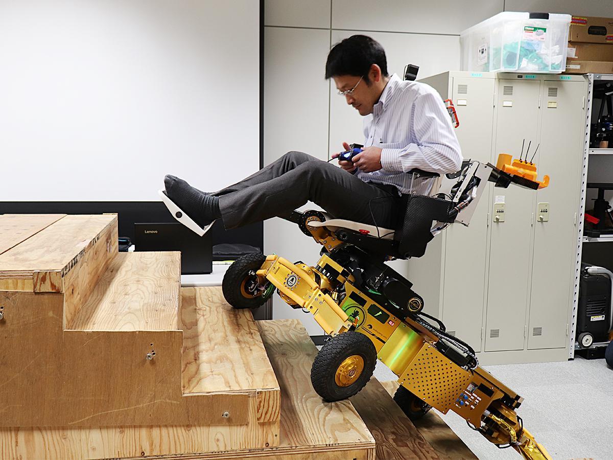 電動車いすの研究・開発を行う和歌山大学の中嶋秀朗教授