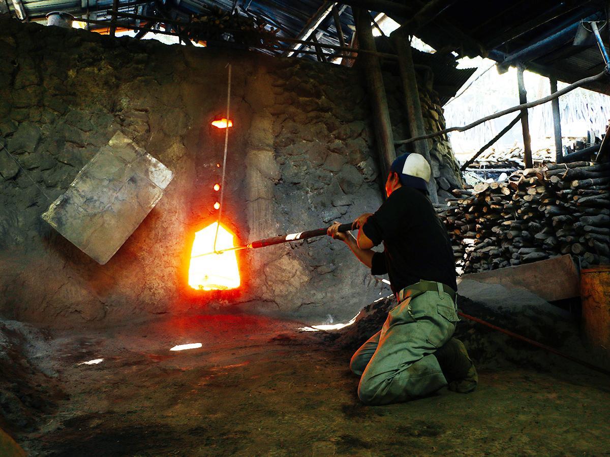 窯で焼いた炭を取り出す