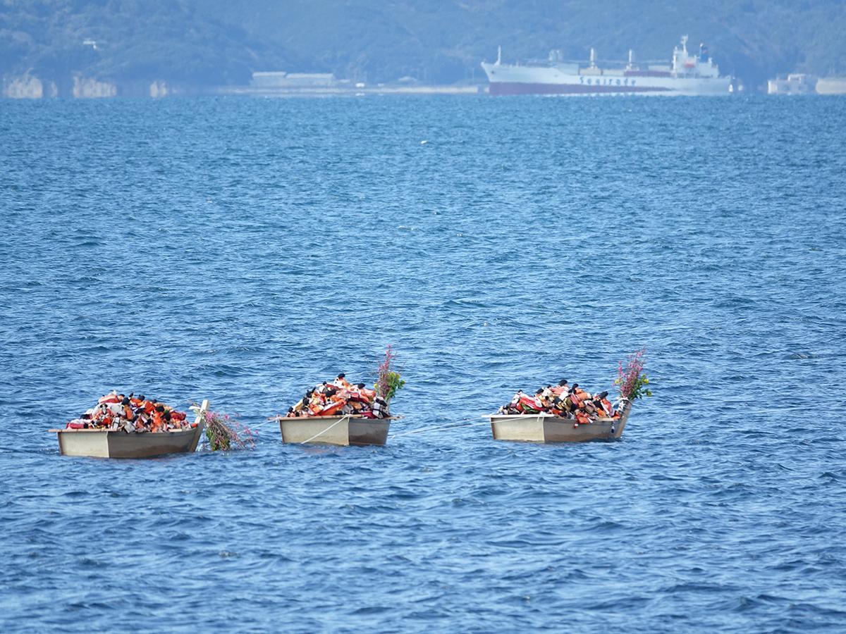 海に浮かべられたひな人形を載せた舟