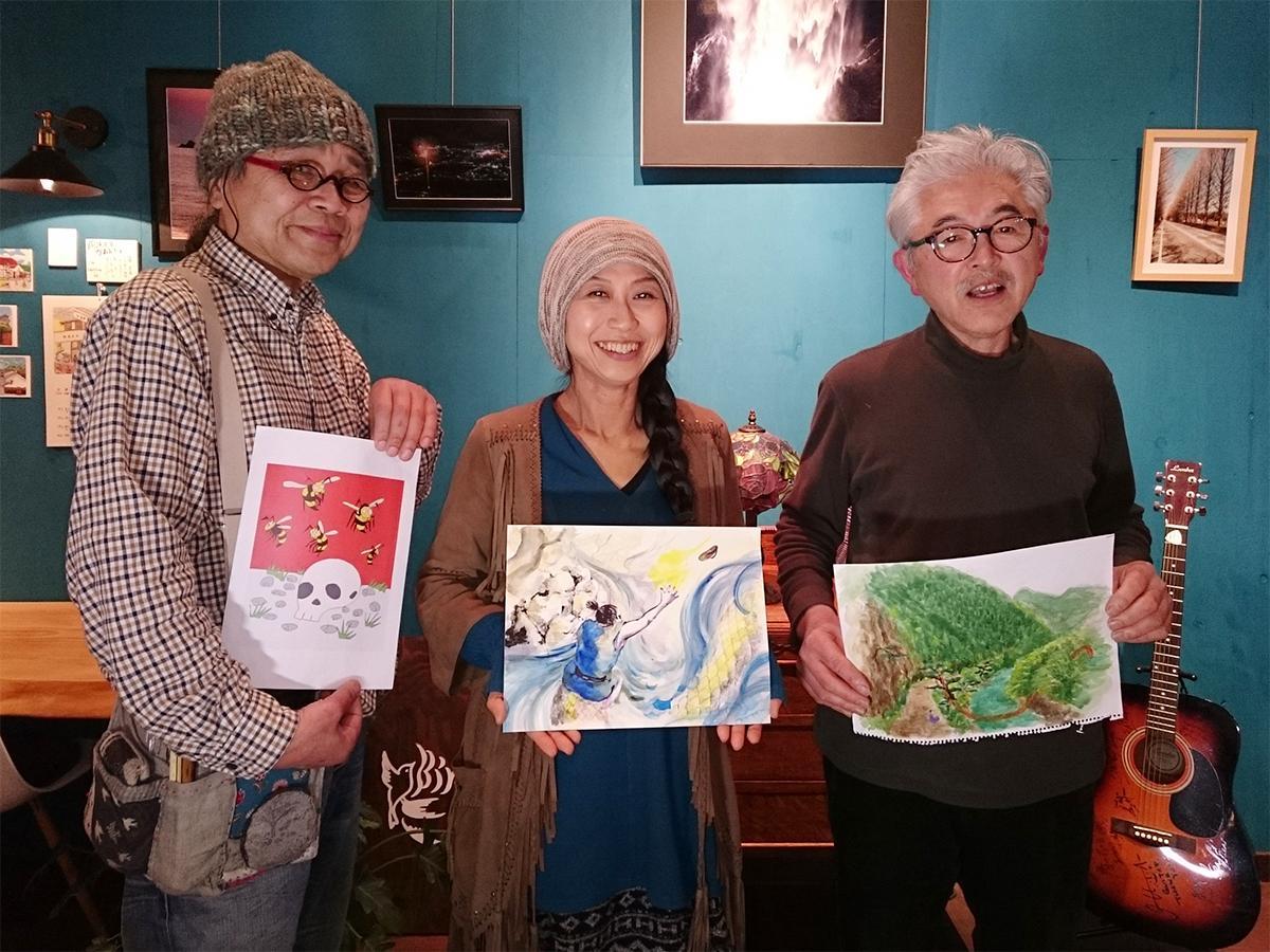 絵本「ふる里の泉」の原画を持つYai Teki Uraの会のメンバー