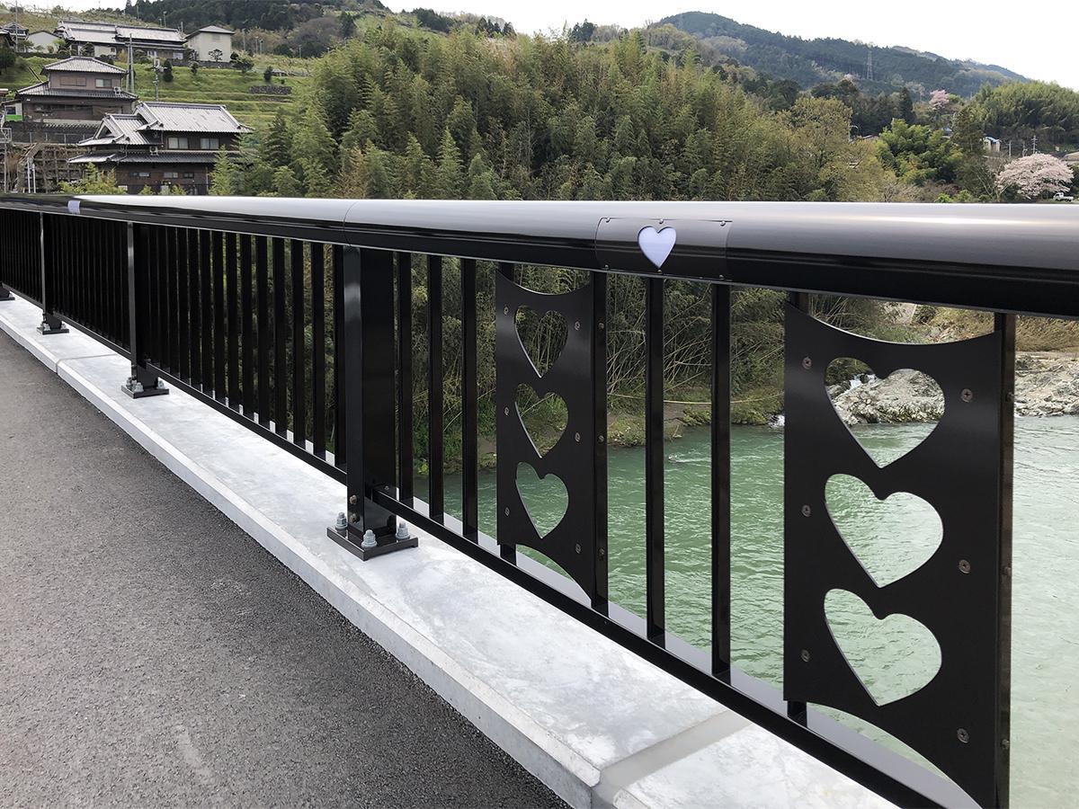 恋野橋の高欄手すり部分に施された「隠れハート」装飾