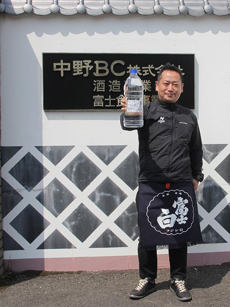 中野BCの始まりとなった焼酎と同じ名前をつけた「富士白65」を手にする中野幸治社長