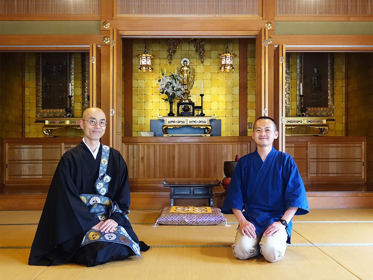 (左から)善称寺の宇治田真宣住職と僧侶見習いの森嶋淳哉さん