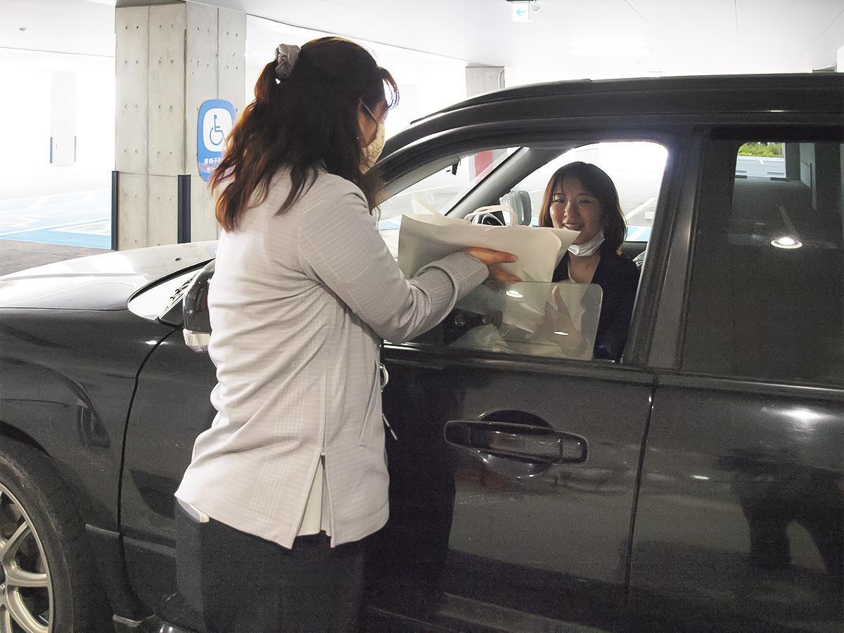 車に乗ったまま貸し出し手続きを受けることができる