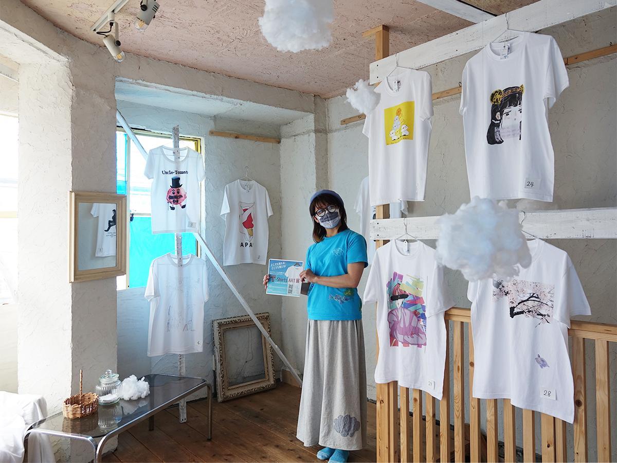 Tシャツに囲まれた「モコモコミュージアム」店主の根田知子さん