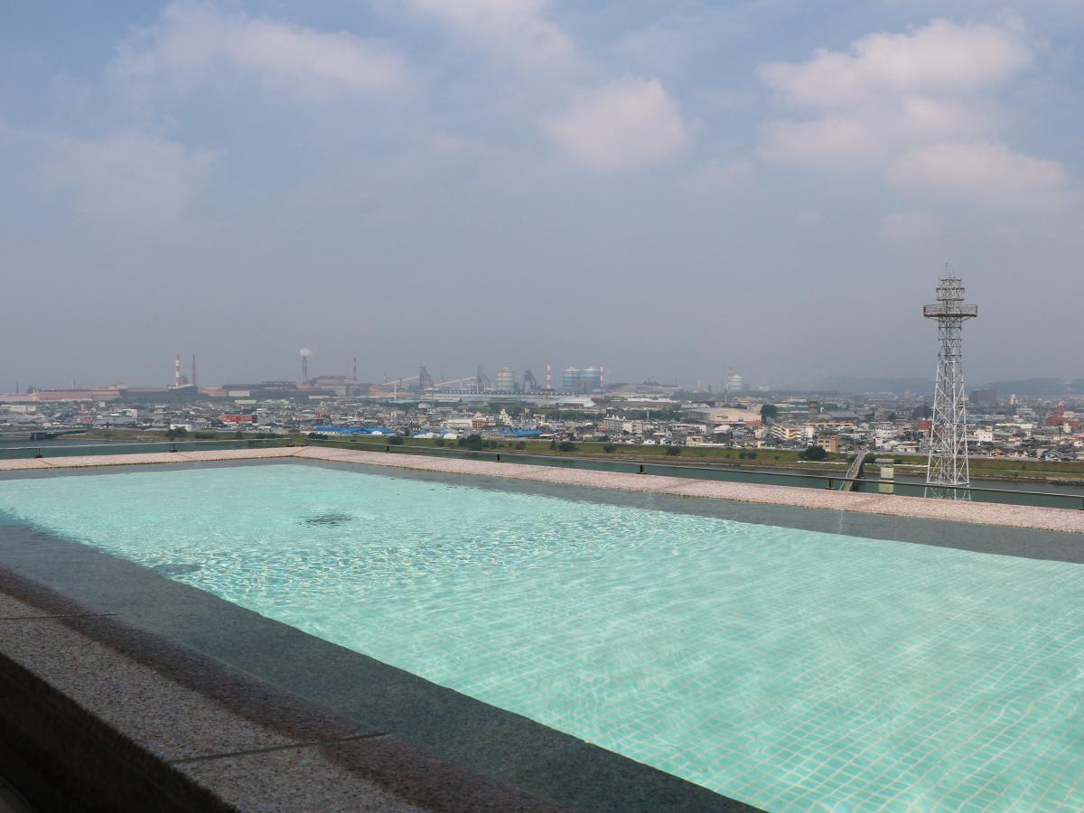 ホテル最上階の露天風呂からは紀の川が一望できる