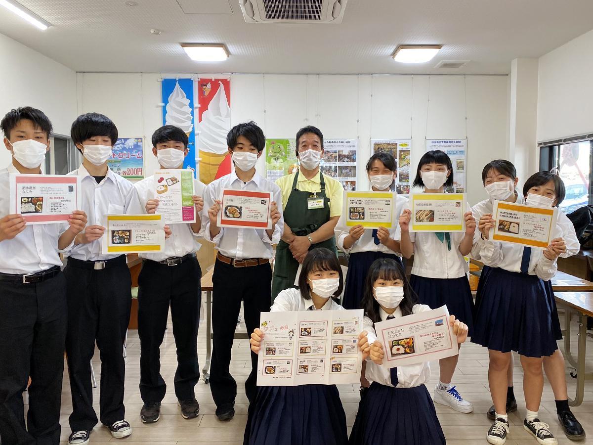 田辺市内7店のウメを使った弁当販売をPRする、神島高校の生徒たち
