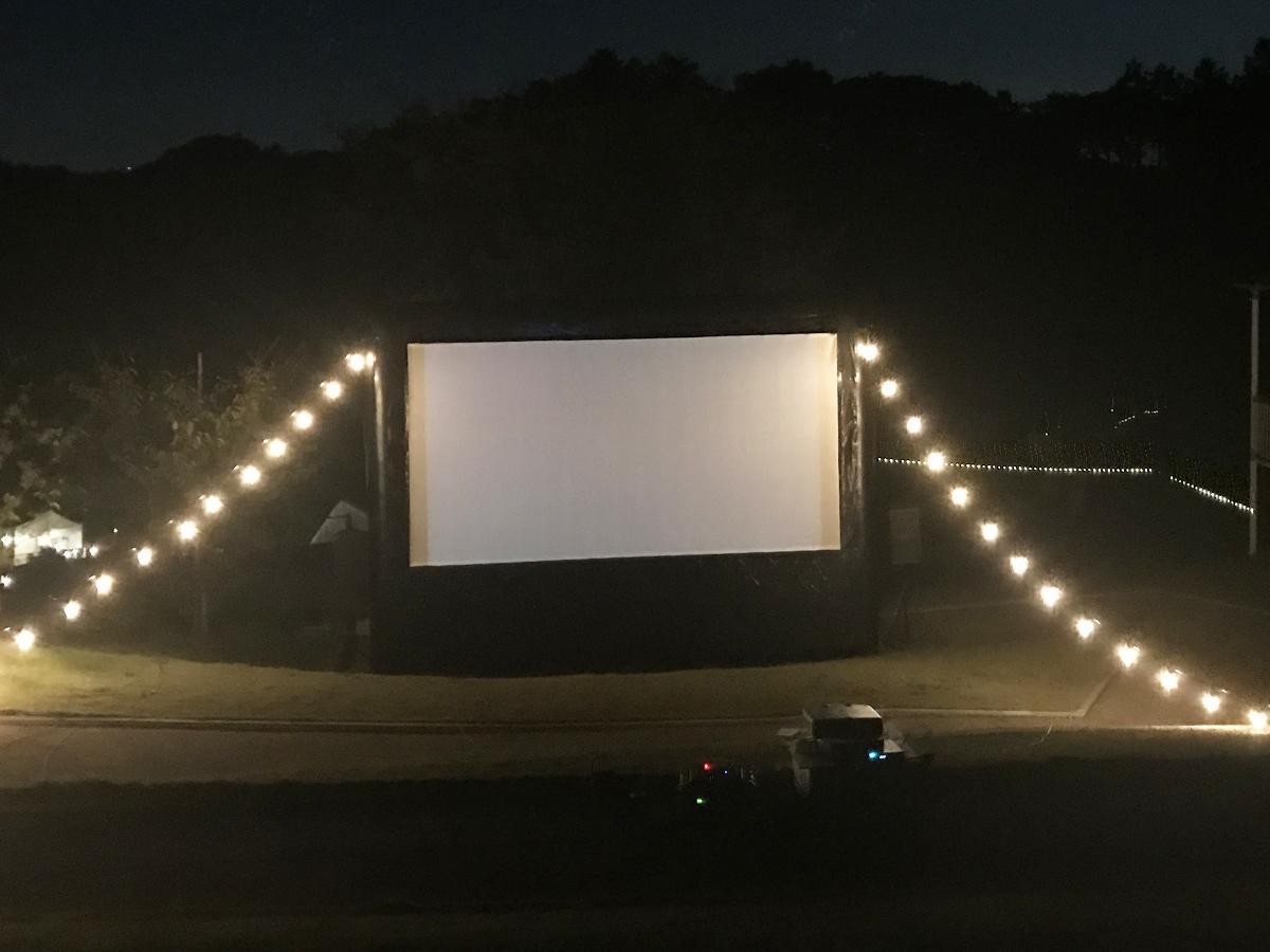 夜間の上映会場でのデモンストレーションの様子