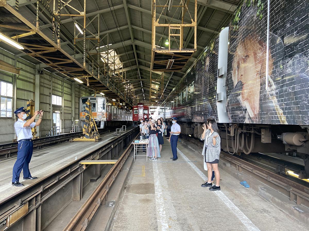 南海和歌山市駅の車庫でHYDEサザンの撮影を楽しむ人たち