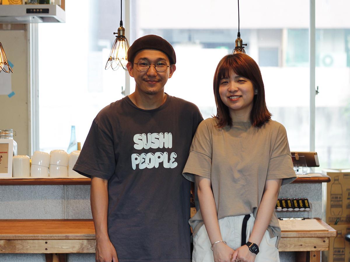店を切り盛りする、仁尾祥吾さん、祐里奈さん夫妻