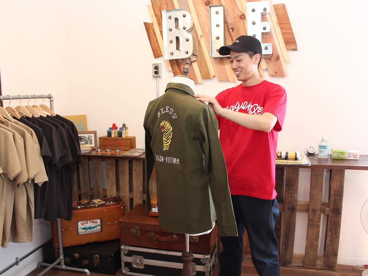ブラントロゴと虎の刺繍が背中に配置された秋冬新作のベトナムシャツ