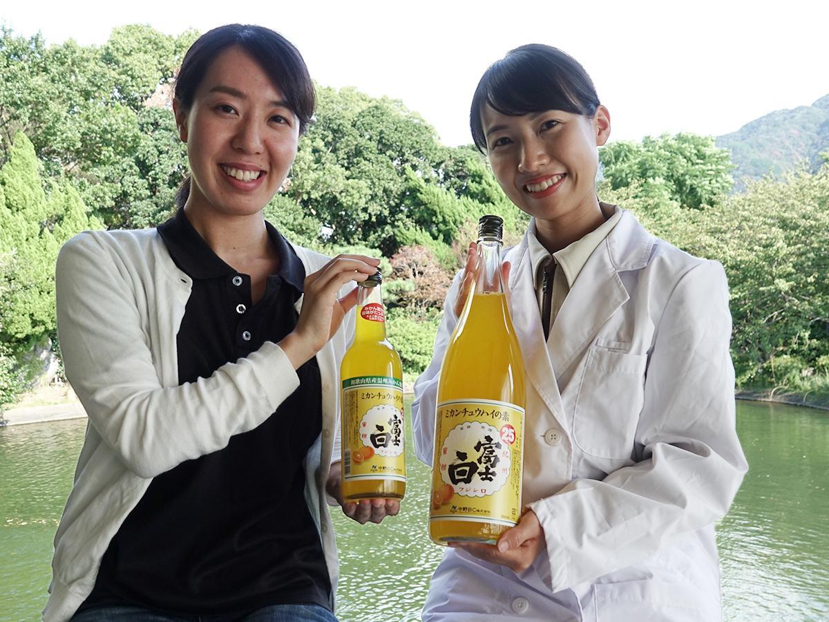 「富士白ミカンチュウハイの素」を開発した水崎さん(右)とコンセプト企画担当者の小川さん(左)