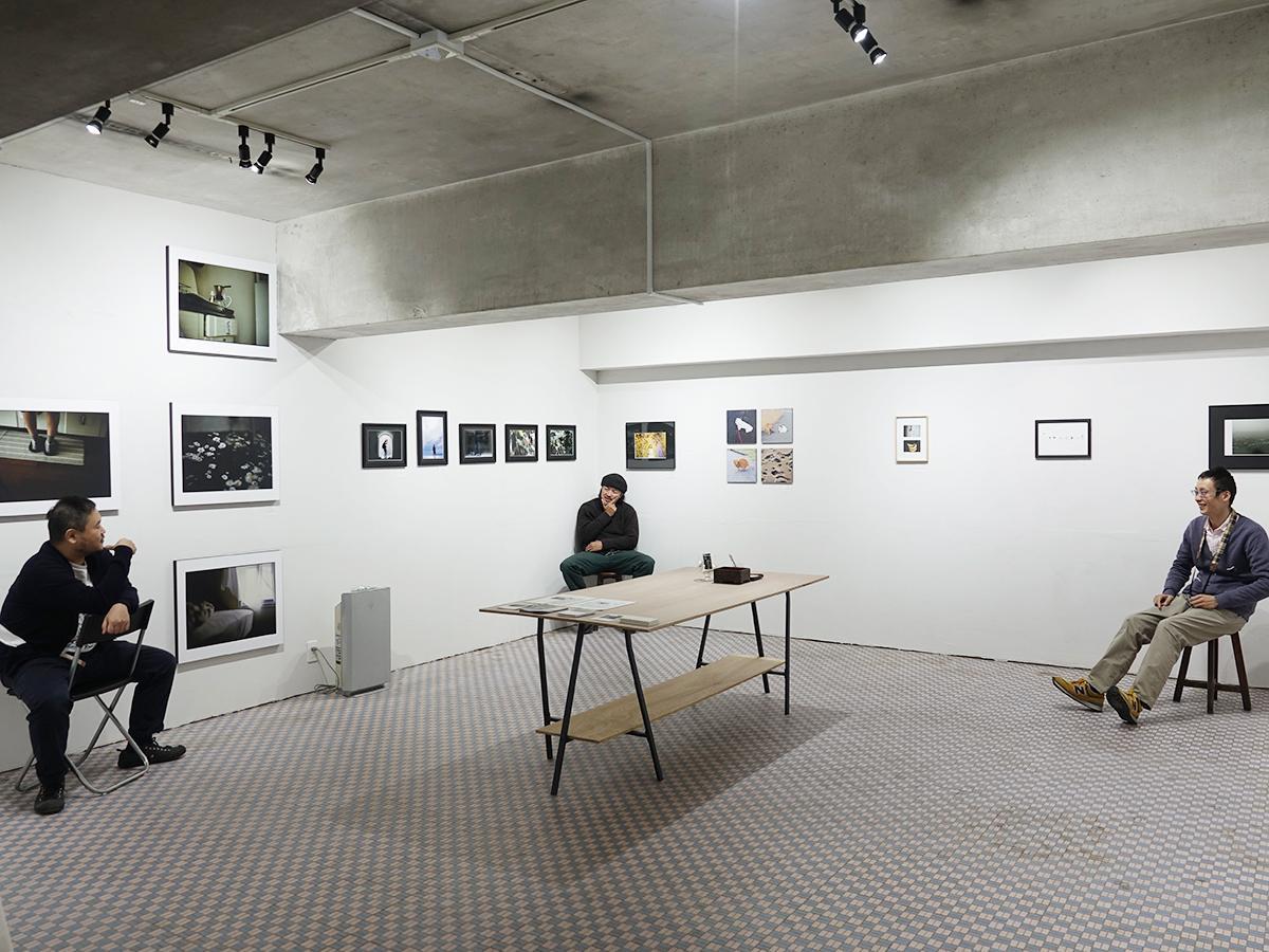 (左から)ギャラリーを運営する井上さん、小川さん、岩瀬さん