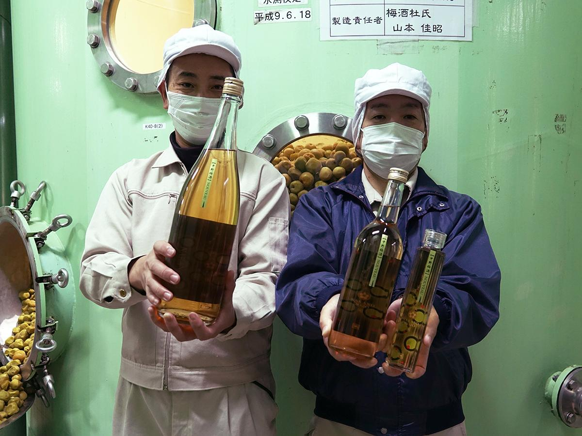 梅酒杜氏(とうじ)の山本佳昭さん(右)と梅酒ヌーボー