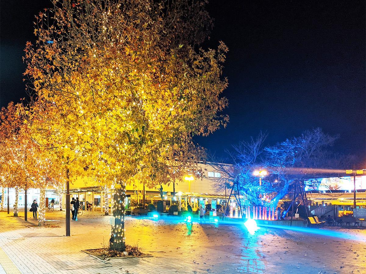 カラフルな光があふれる海南駅前西広場のライトアップ