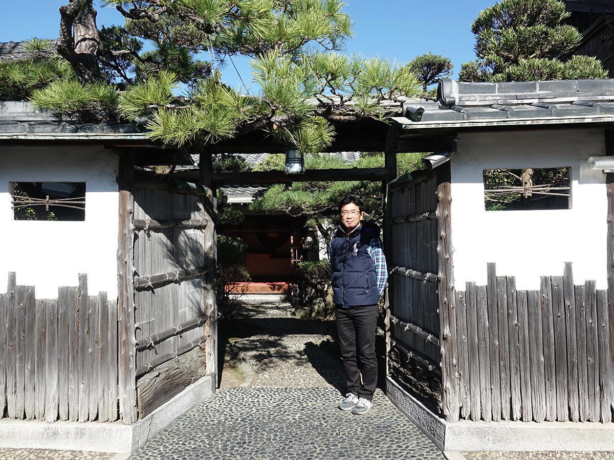 料理旅館「一木」の本玄関前に立つ一木謙吾さん