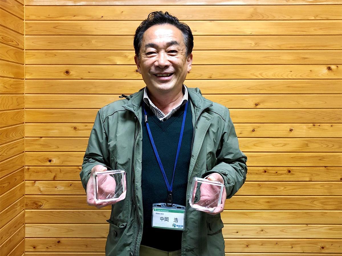 トロフィーを持つ有田川町環境衛生課長の中岡浩さん