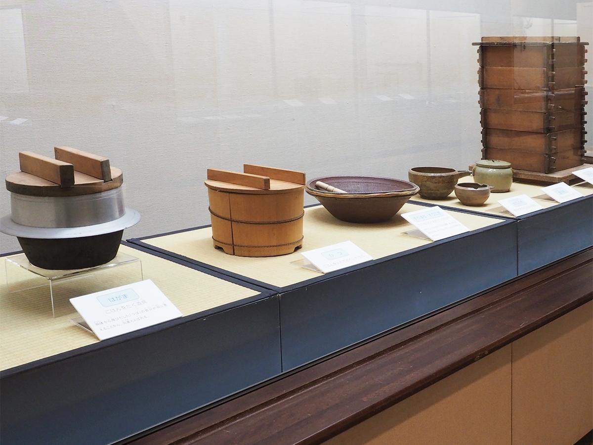 食事の道具たち(左から羽釜、ひつ、すり鉢とすりこぎ、かたくち、塩つぼ、せいろ)
