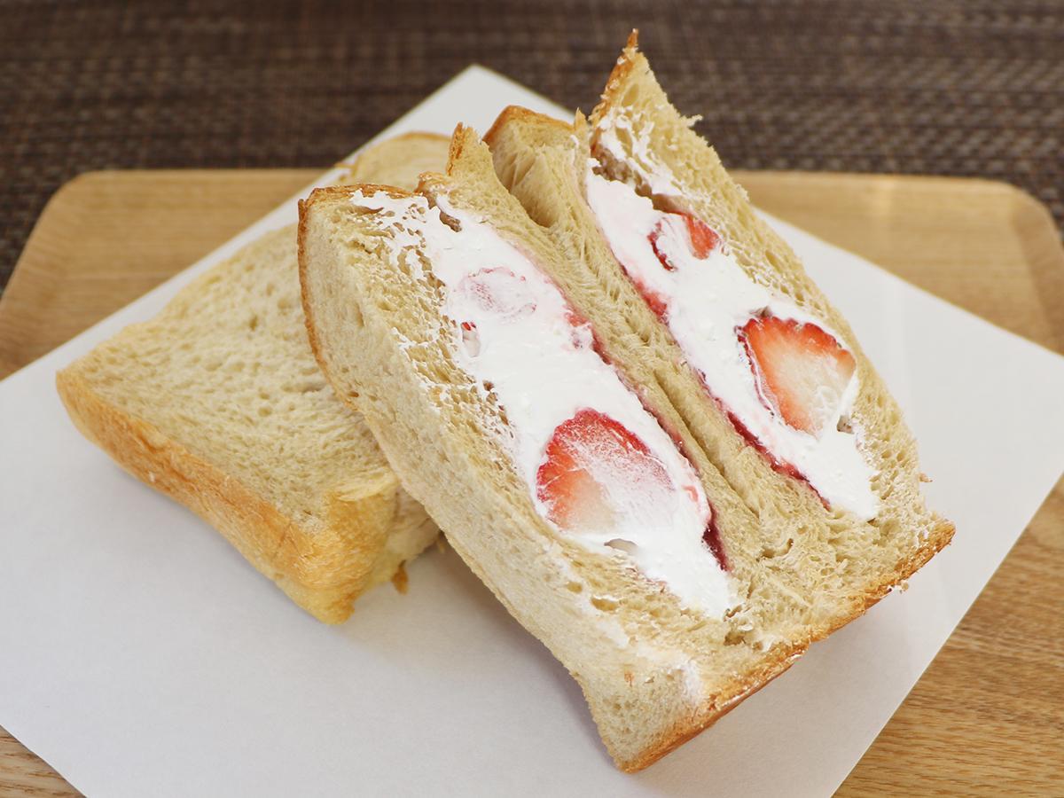 イチゴ2粒が入った「フレッシュ苺の生クリームサンド」