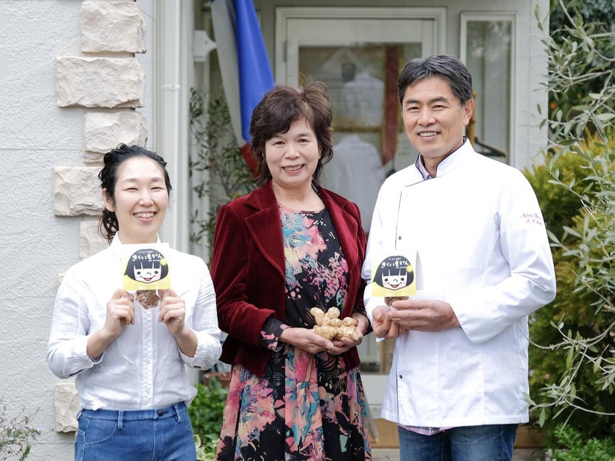 「ナチュラルガーデン」壁屋店長、キクイモ生産者の松田さん、オーナーシェフ前川さん(左から)