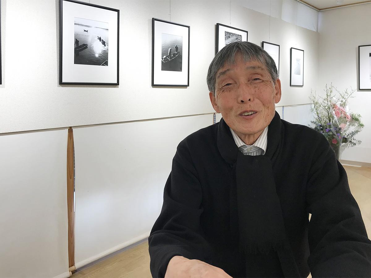出版記念写真展をおこなう「ギャラリーTEN」に在廊する写真家・松原時夫さん