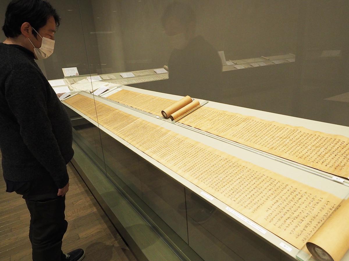 奈良時代の写経で国重要文化財の「蘇悉地羯羅経」を解説する坂本学芸員