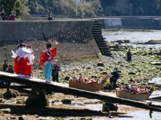 和歌山・淡嶋神社で「ひな流し」 全国からひな人形5万体