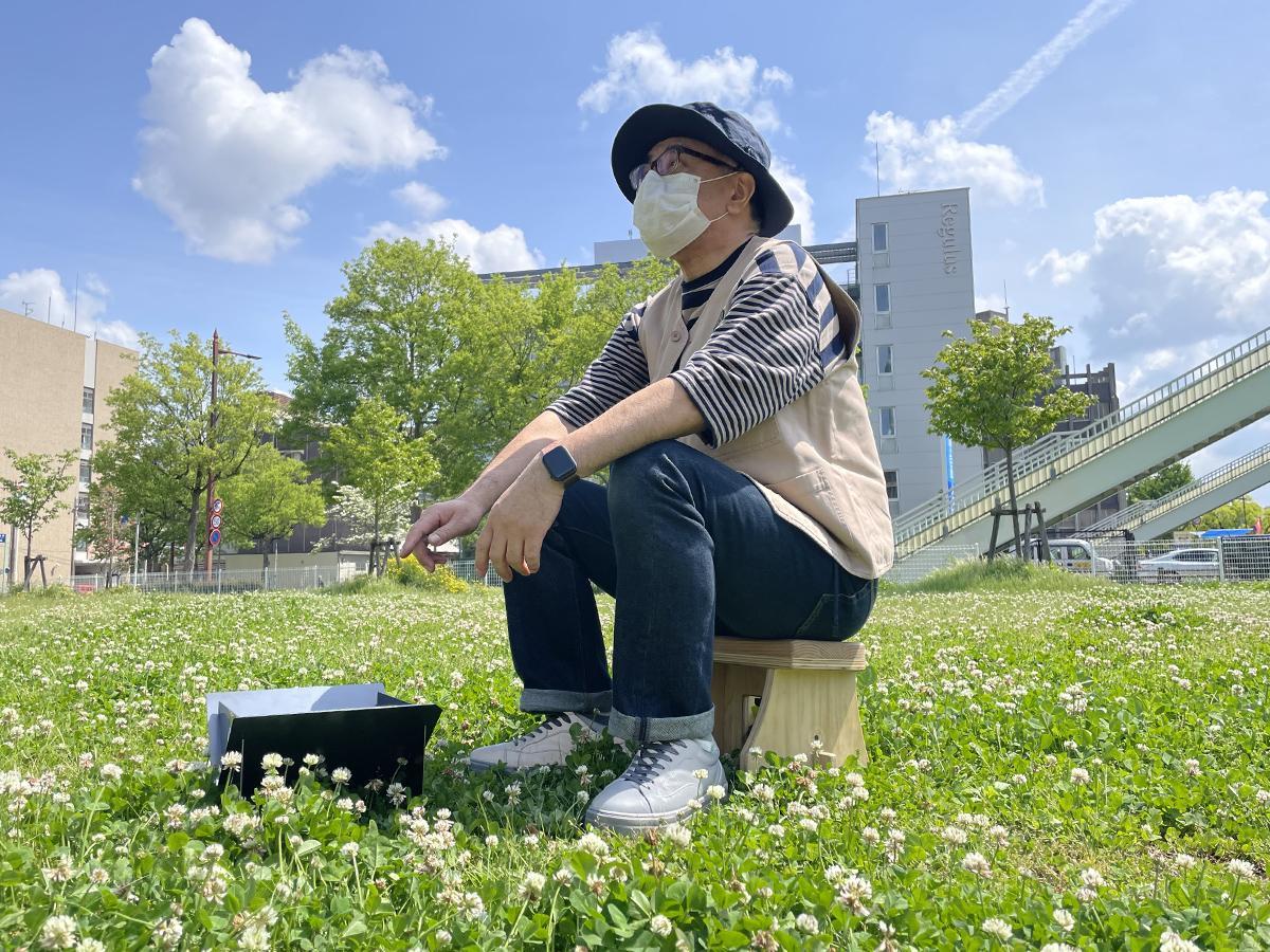 たき火台を前にタキビスに座る樫山さん