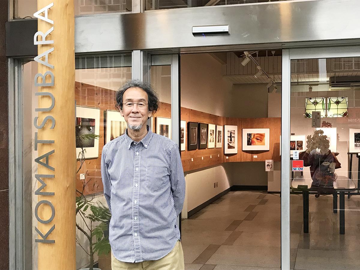「小松原ART SPACE」の入口に立つ代表の池田修平さん