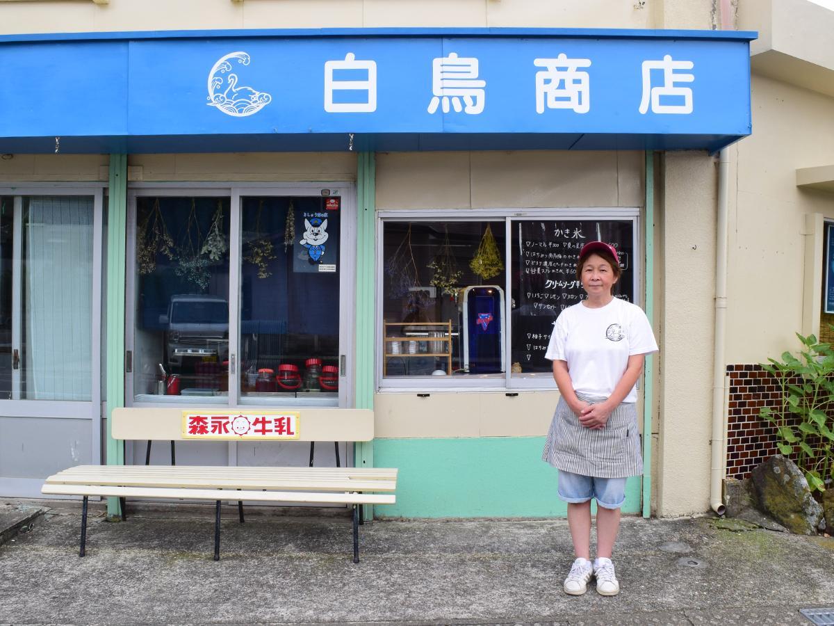 店の前に立つ小池店長