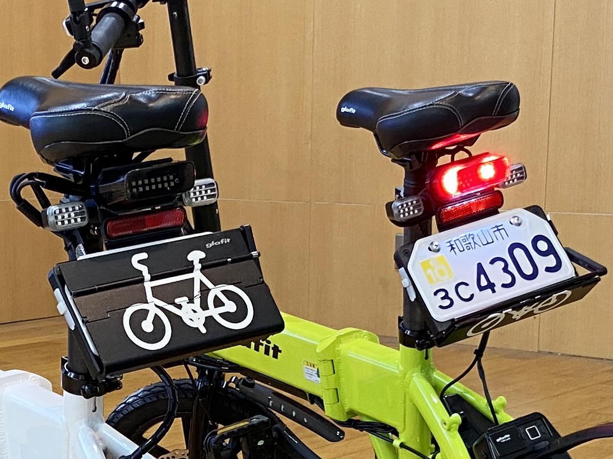 「モビリティ・カテゴリー・チェンジャー」を取りつけた電動バイク「GFR-02」(左)自転車モード 、(右)電動バイクモード